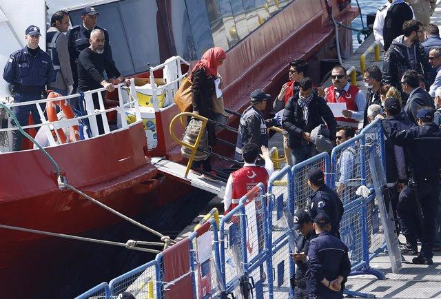 Refugiados trasladados a la ciudad turca de Dikili