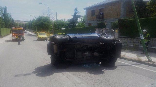 Imagen del vehículo tras colisionar con la farola