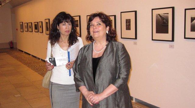 La concejal Ana Redondo junto a la comisaria Enrica Viganó, en la exposición