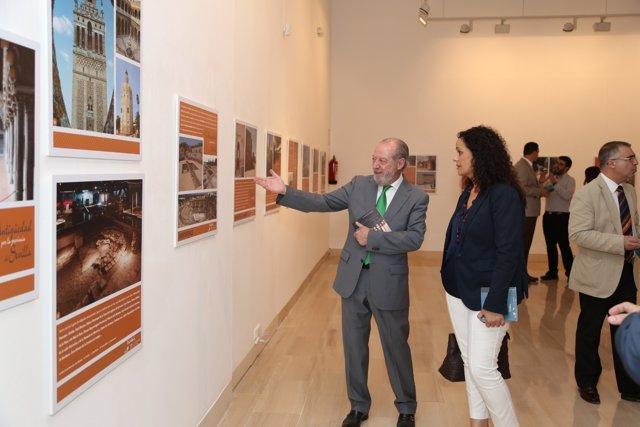 Fernando Rodríguez presenta una guía y exposición del patrimonio sevillano