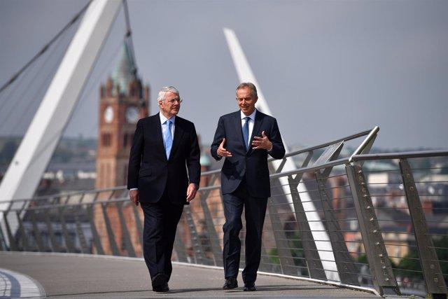 Los ex primeros ministros británicos John Major y Tony Blair