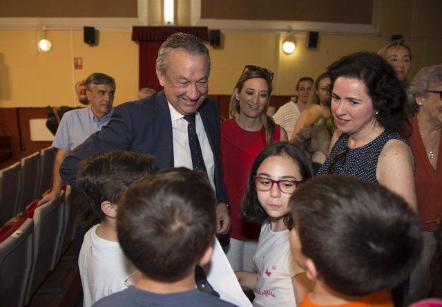 Muriel charla con algunos niños en la presentación de 'Cuentos para Mateo'.
