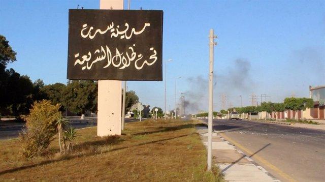 """Cartel a la entrada de Sirte, """"bajo la sombra de la sharia"""""""