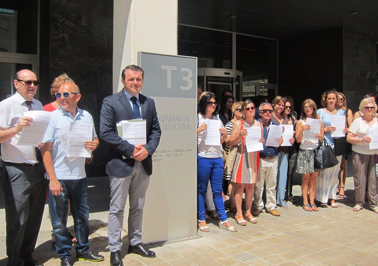 Representantes de Aerte tras entregar los escritos en Conselleria de Igualdad