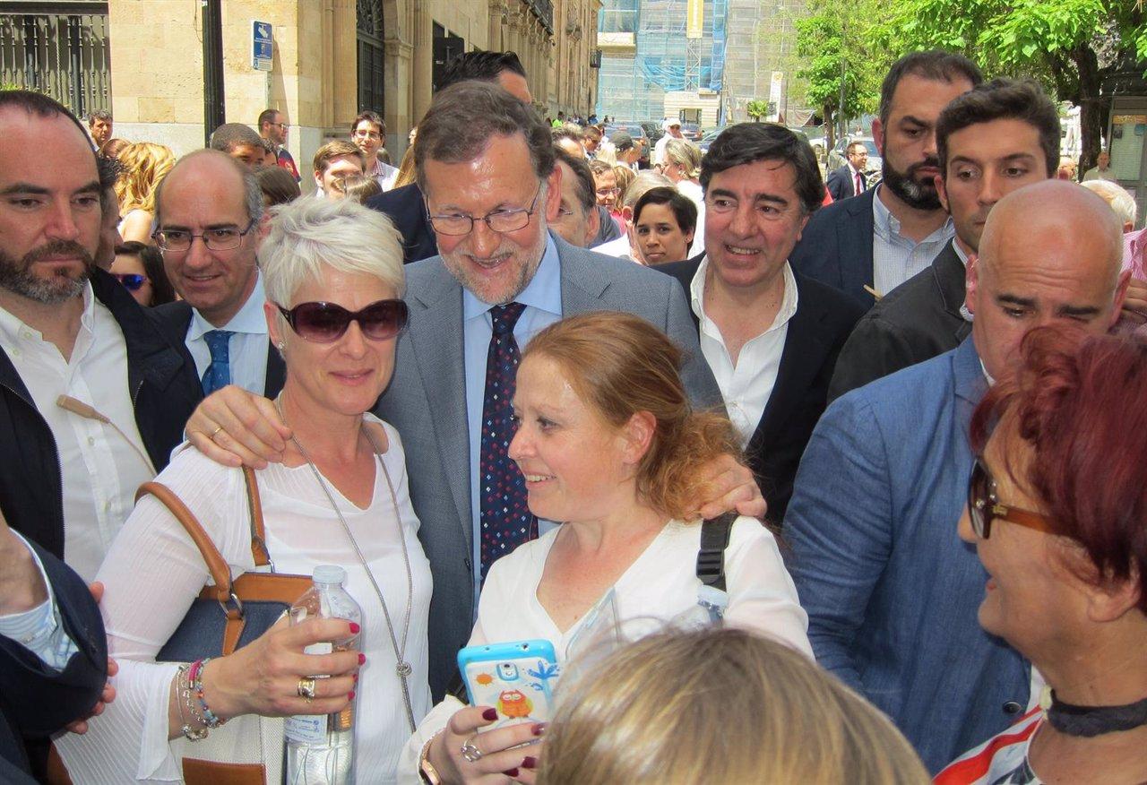 Rajoy se hace foto con los ciudadanos
