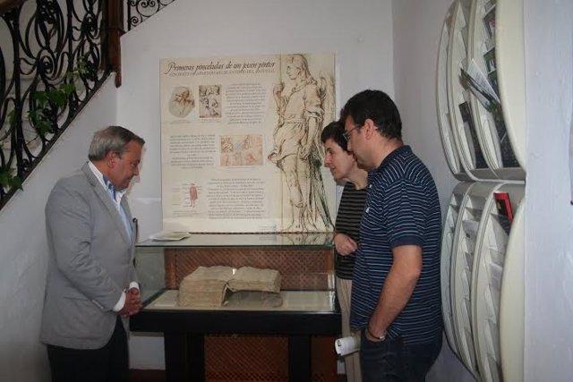 Alcalde (izda.) durante su visita al Archivo Histórico Provincial