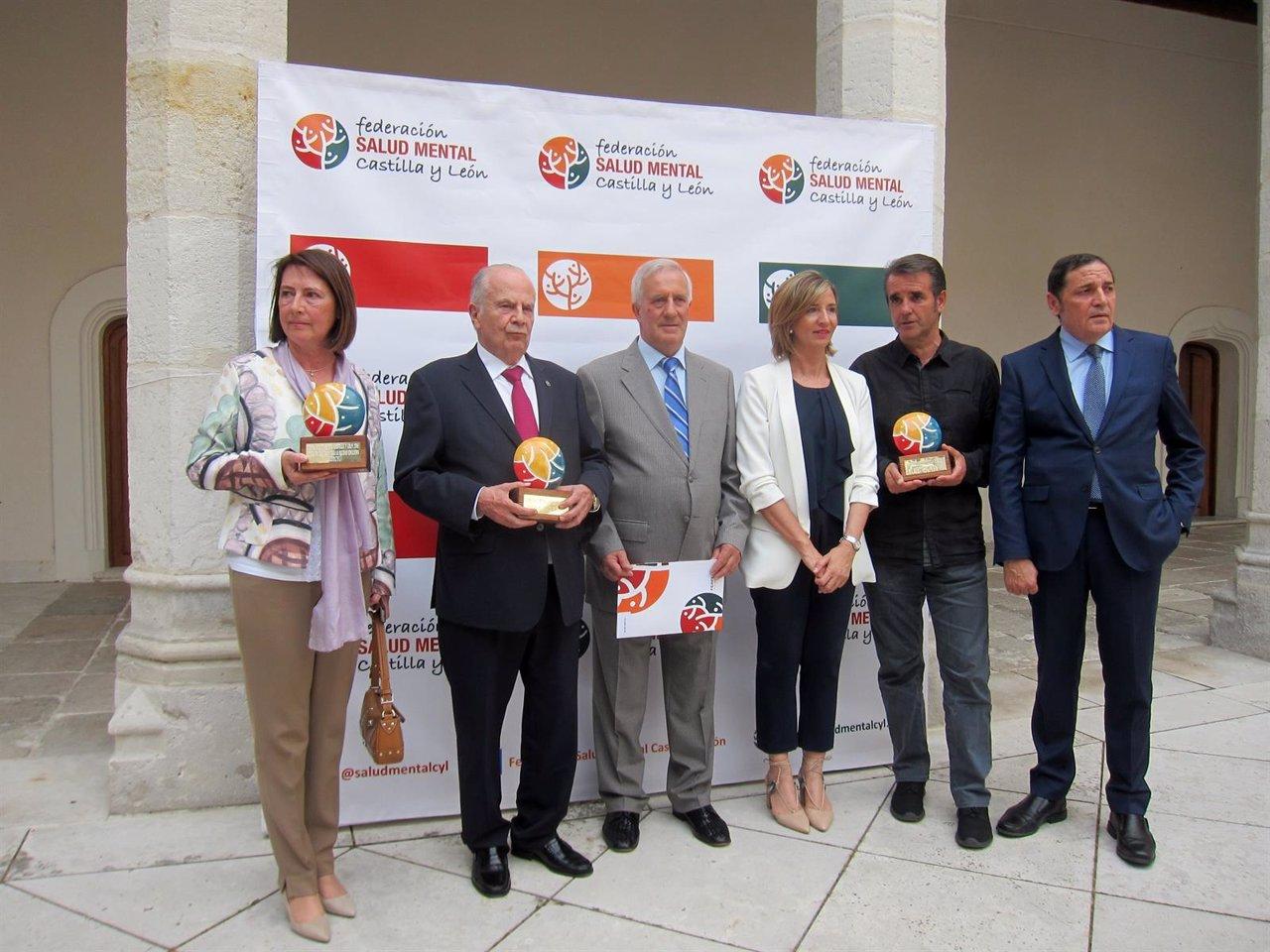 Los premiados posan junto a los consejeros Alicia García y Antonio María Sáez .