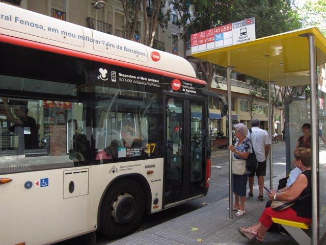 Parada de autobús urbano de TMB en Barcelona