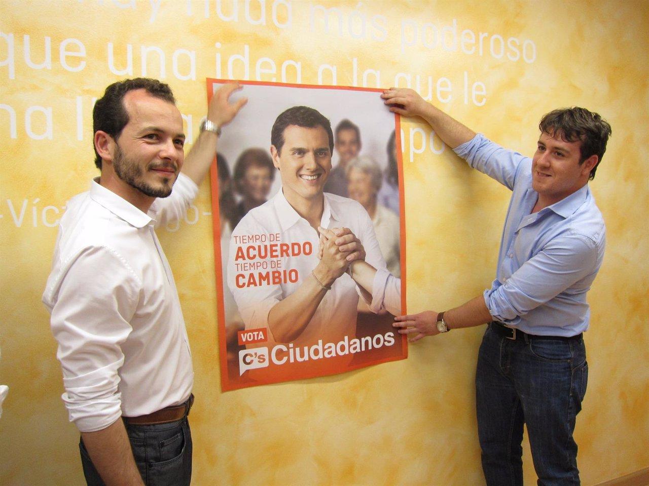 Baena posa ante el cartel electoral de Ciudadanos