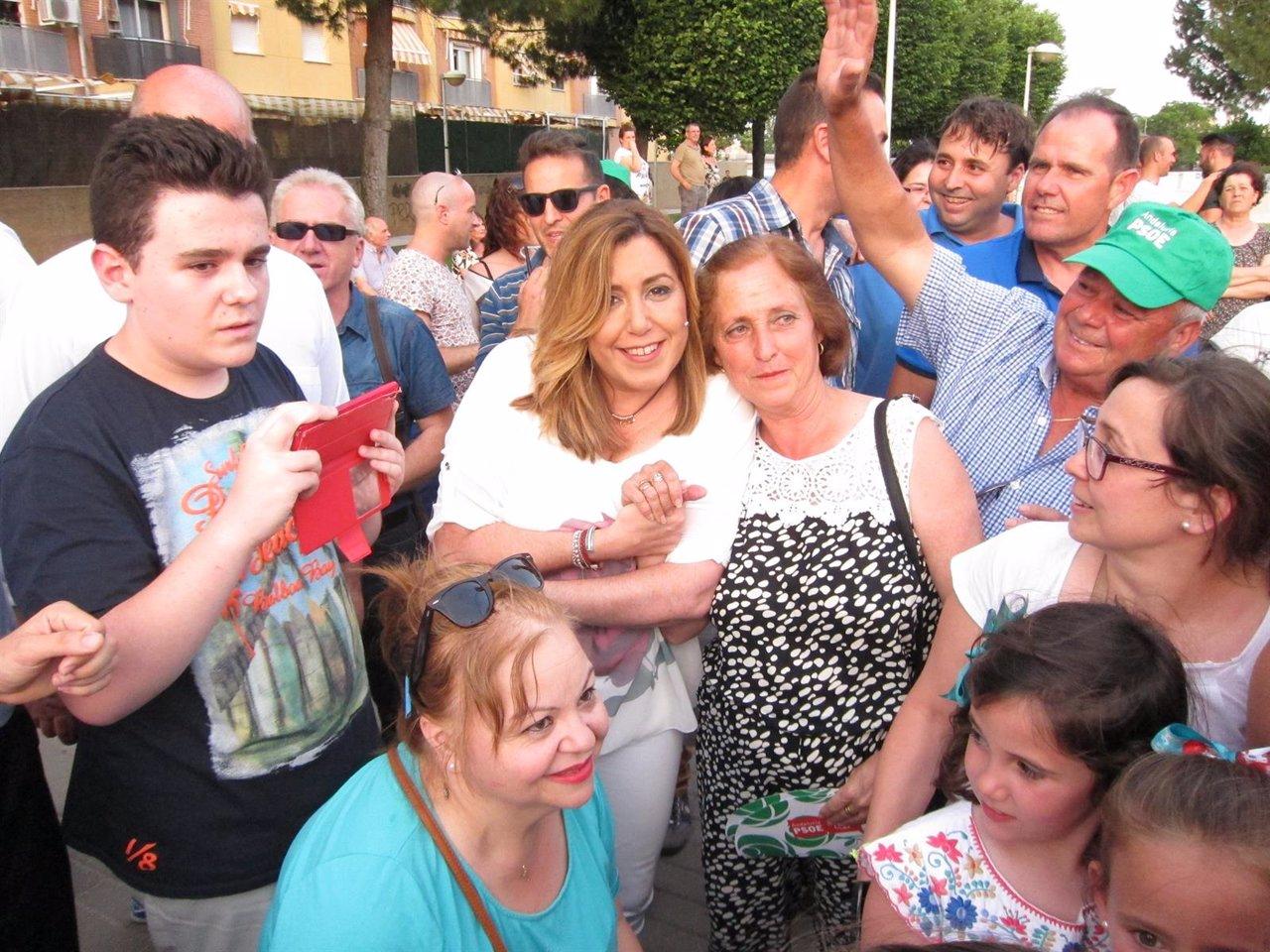 Susana Díaz (centro) rodeada de militantes en el barrio cordobés de Fátima