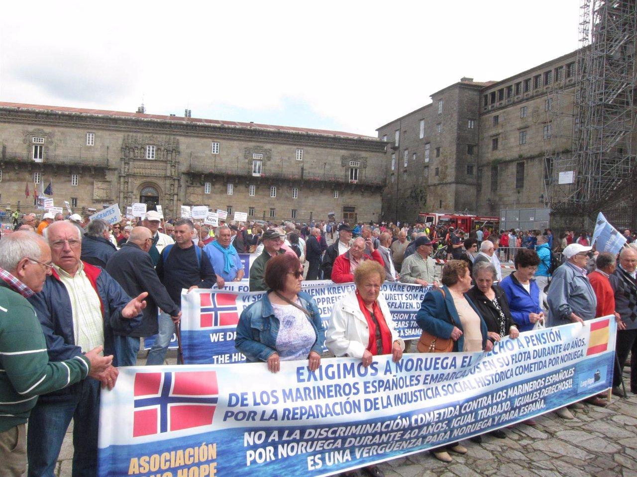 Marinos de Long Hope en una protesta en el Obradoiro con emigrantes retornados