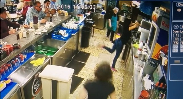 Una camarera gallega da un taconazo a una taza y la mete en el fregadero