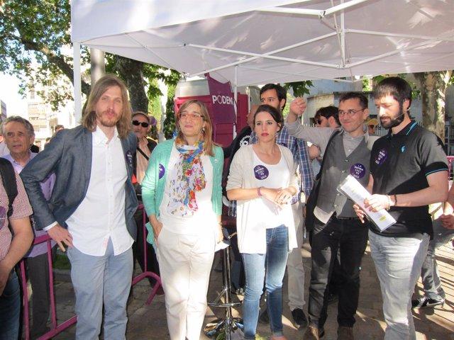 Monedero (segundo por la derecha) junto a miembros de Unidos Podemos en CyL
