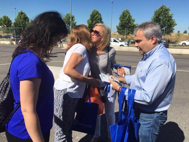 Teresa Angulo y Francisco Javier Fragoso reparten propaganda electoral