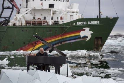 Ludovico Einaudi toca el piano en una plataforma flotante en el Ártico para reclamar su protección