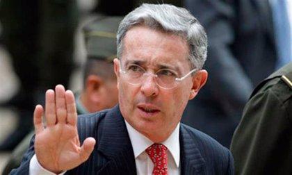 """Uribe acusa a Santos de usar la """"campaña del miedo"""" para legitimar el acuerdo con las FARC"""