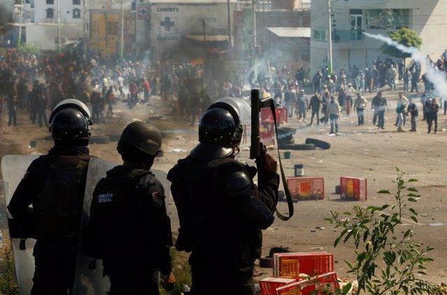 Conflicto entre maestros y policías en México