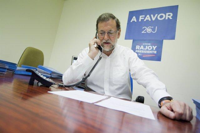 Mariano Rajoy hablando por teléfono