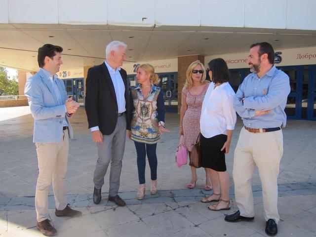 Miembros de la coalición PP-PAR, este martes ante el pabellón Príncipe Felipe