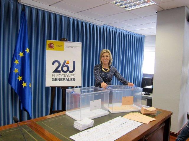 La delegada del Gobierno, María José Salgueiro, ante dos urnas electorales.