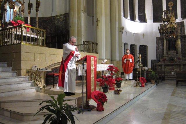 Sacerdote celebrando misa en lengua de signos