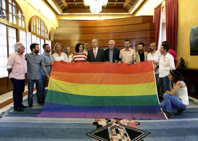 Representantes políticos con bandera de la diversidad en el Parlamento andaluz