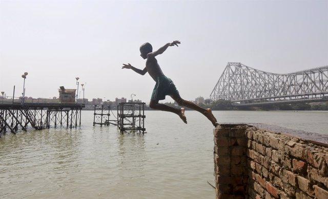 Hombre salta en un puerto