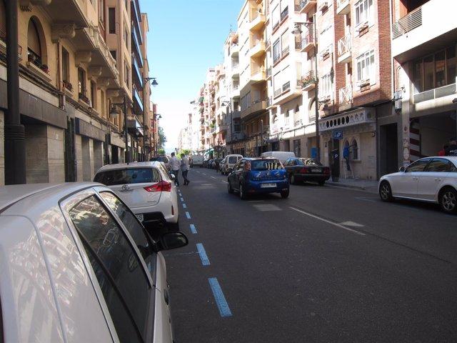Dobles filas y peatones cruzando en República Argentina