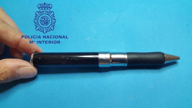 Bolígrafo-Cámara utilizado por un joven para espiar en el piso de unos Erasmus
