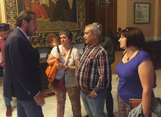 El alcalde conversa con los representantes de la Federación vecinal