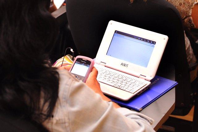 Una mujer consultando las redes sociales