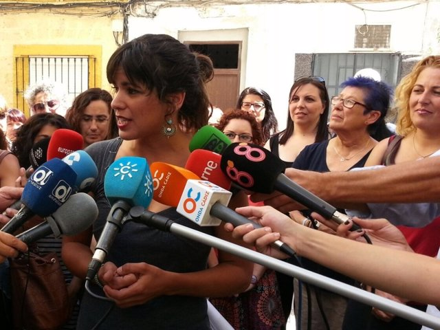 Teresa Rodríguez atiende a los periodistas en Cádiz