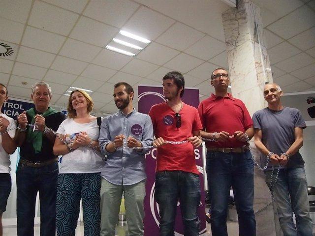 Miembros de Podemos, encadenados en Ceuta