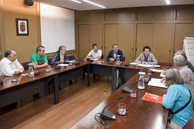 Laparra con representantes de la PAH en una reunión anterior.