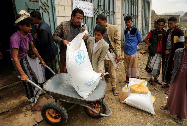 Reparto de ayuda alimentaria del PMA en Yemen