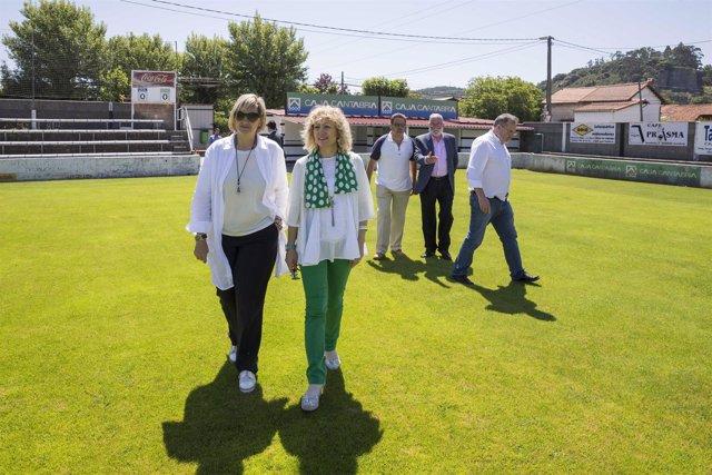 La vicepresidenta y la alcaldesa en el campo de fútbol de Escobedo