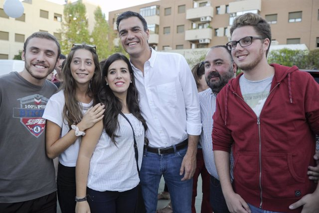 Pedro Sánchez se fotografía con un grupo de jóvenes