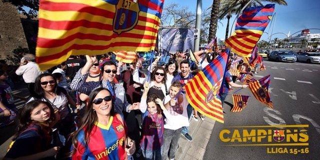 Aficionados del FC Barcelona celebran el título de Liga