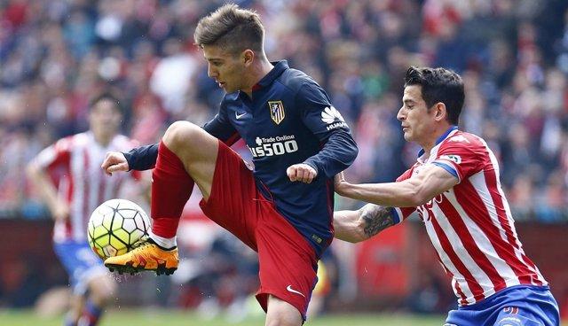 Vietto intenta controlar un balón con el exterior en presencia de Luis Hernández