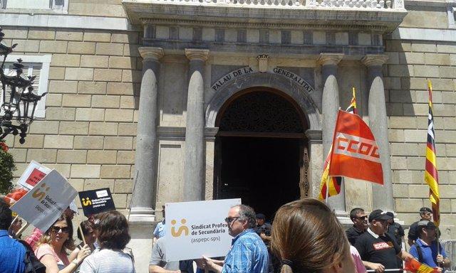 Protesta de delegados sindicales de enseñanza ante la Generalitat