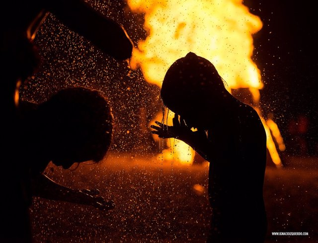 Almería celebra la Noche de San Juan con agua y hogueras.