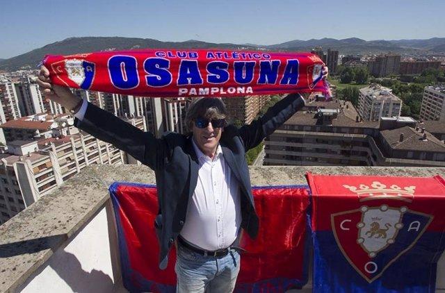 Enrique Martín, entrenador de Osasuna, en lo más alto de Pamplona