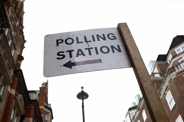 Cartel que anuncia un colegio electoral en Londres
