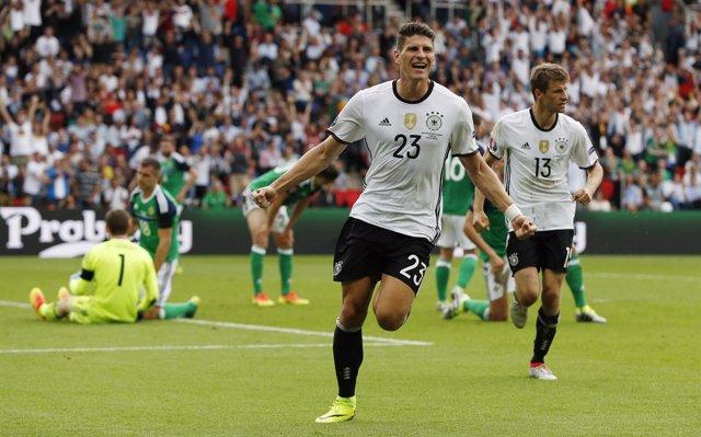Mario Gómez celebra un gol de Alemania en la Eurocopa