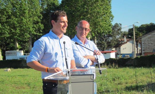 Albert Rivera y Felisuco, durante la visita a la Granja Lacantara