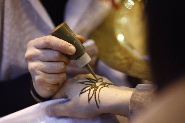 Fitur 2016: tatuaje de henna. Decoración del cuerpo.