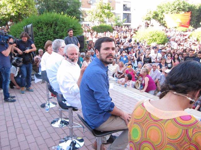 Garzón y Anguita (centro) al inicio del acto en Córdoba