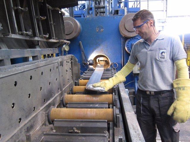 Operario trabajando en una fábrica.