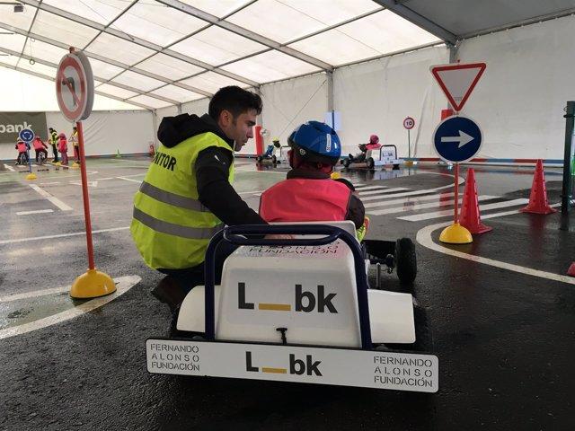Un niño durante el curso de formación de  Fundación Fernando Alonso y Liberbank.