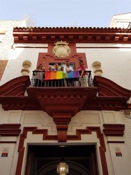El PSOE-A coloca la bandera Lgtbi en su sede en Sevilla
